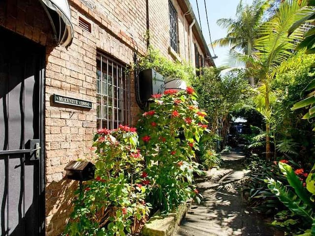 2 BED HSE NR SYDNEY CBD (PARKING AVAIL @ $40 p/d) - Woolloomooloo - Rumah