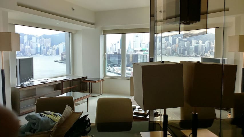 Sunny bright room next to harbour - Kowloon, HK - Bed & Breakfast