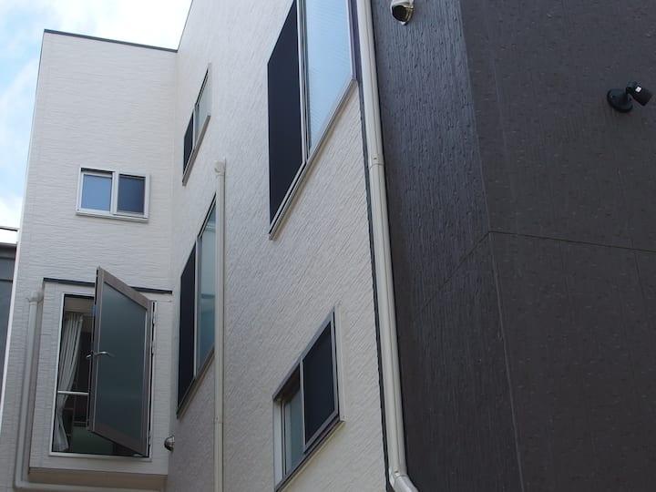 セルフ自粛/コロナから自分と家族を守る/下町の静かなアパート/個室でセルフチェックイン/202号室