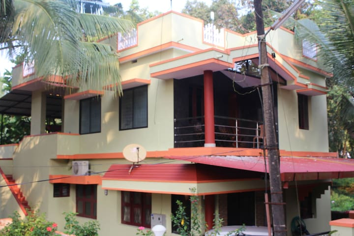 Fully Furnished 1st floor home (AC) - Mangaluru - Hus