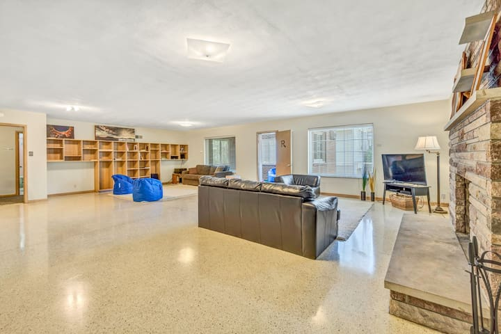 3,400 sqft Condo near The Hill and Forest Park