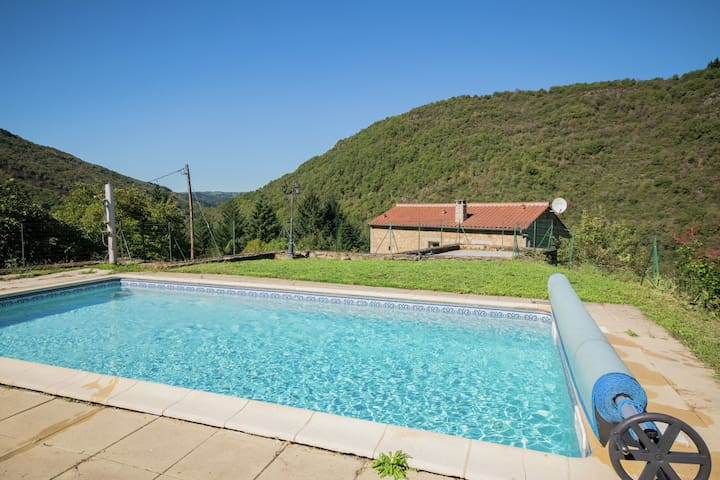Modern Holiday Home with Jacuzzi in Brousse-le-Château