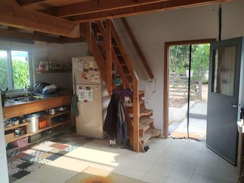 יחידה מעץ עם גלריה מהממת חצר , מטבח מאובזר וכל מה שצריך  מושב שקט ונעים, 30 דקות מתל אביב