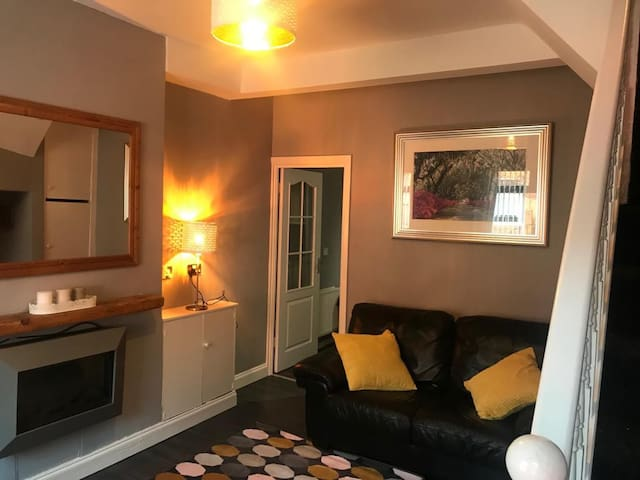 COSY HOME BELFAST (Sleeps 6) 24 ROCKMORE ROAD