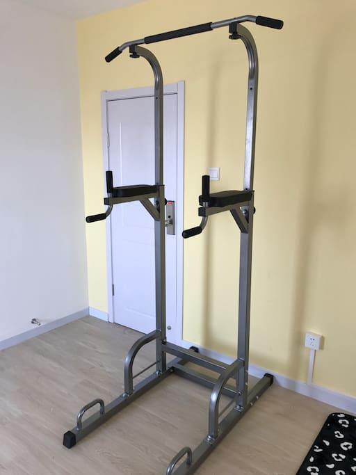 超大的屋子,里面有健身器材,对于旅游出行的你必不可少,每天运动一下活动一下身体。
