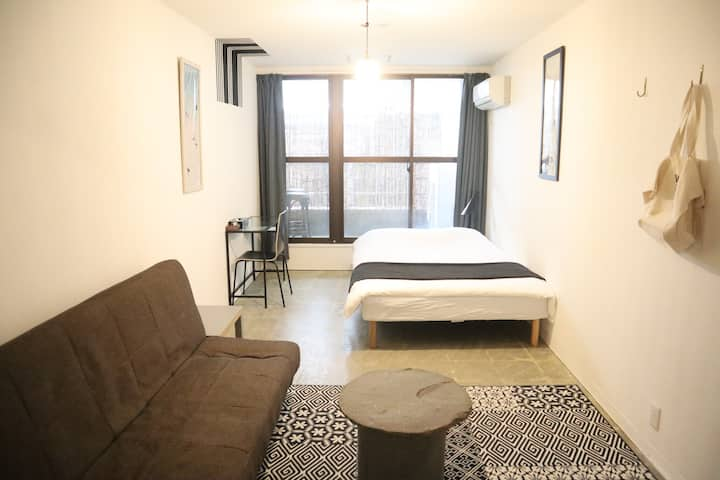 #6 Double bed room w/ Sofa 1min from Train St!
