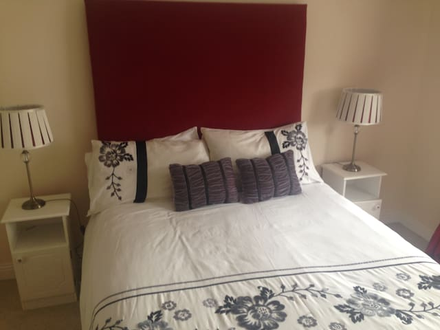 Private double room sleeps two - Ennis  - Casa