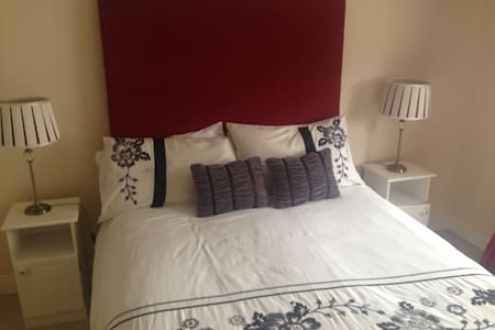Private double room sleeps two - Ennis