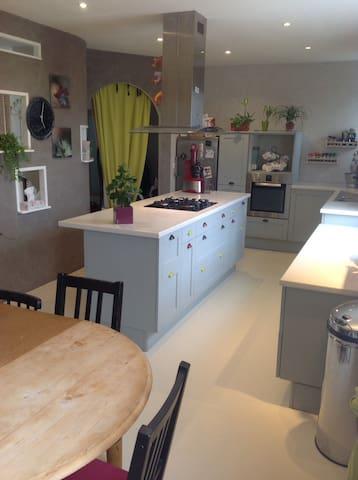 Chambres dans belle maison familiale prèsCDG RER D - Mareil-en-France