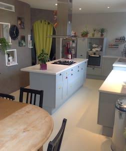 Chambres dans belle maison familiale prèsCDG RER D - Ev