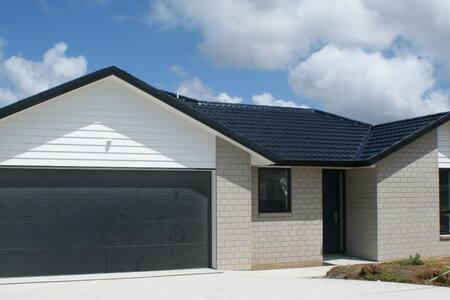 Gateway to NZ - free WIFI, Breakfast included - House