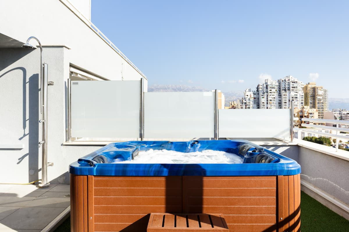 High-Rise Penthouse with Rooftop Hot Tub