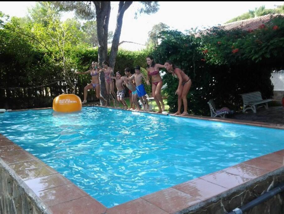 Chalet con piscina privada y jard n casas en alquiler en for Piscinas chiclana