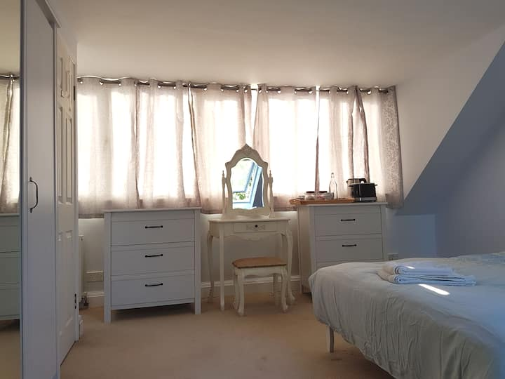 5 Beautiful Private Airy Top-Floor Room Est London