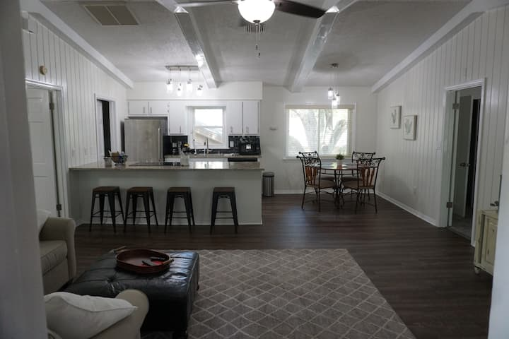 Penthouse 2 bedroom 2 bath, kitchen ,washer dryer