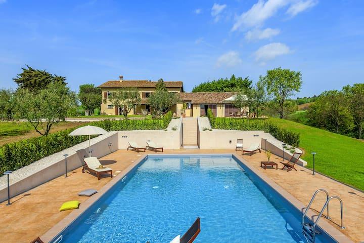 Einladendes Ferienhaus in San Costanzo mit Swimmingpool