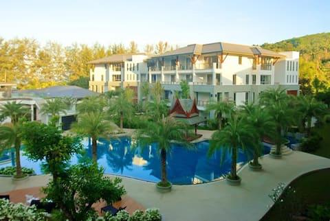 Naithon Beachfront Apartment w/Garden+Pool+Gym