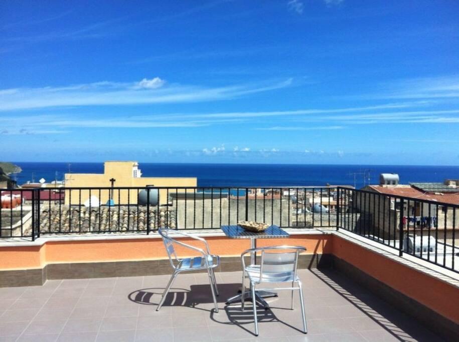 Casa di enzo con terrazza panoramica wifi gratis case in for Terrazza arredata
