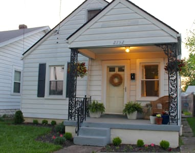 Derby Cottage: Walk to the Track! - Louisville