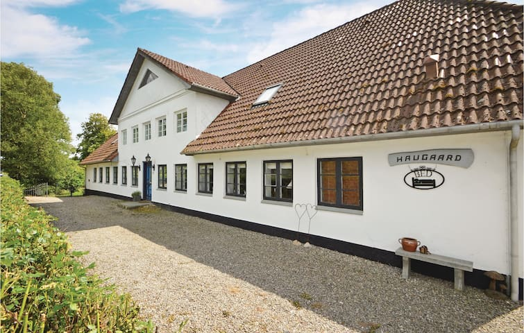 Former farm house with 5 bedrooms on 120 m²