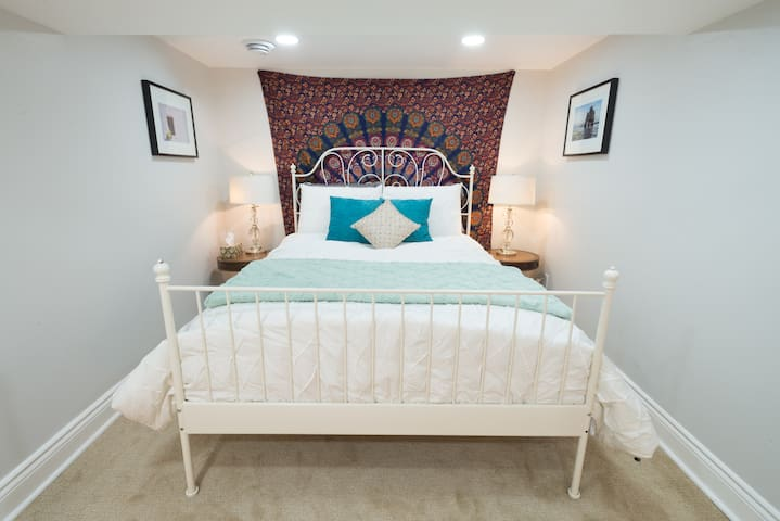 Charming Eco-BOHO Private Suite ~ Locke St. Area - Hamilton - Leilighet