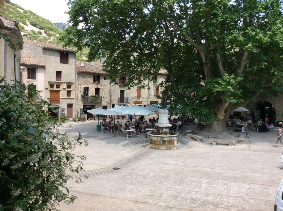 vue de la place depuis une des chambres.