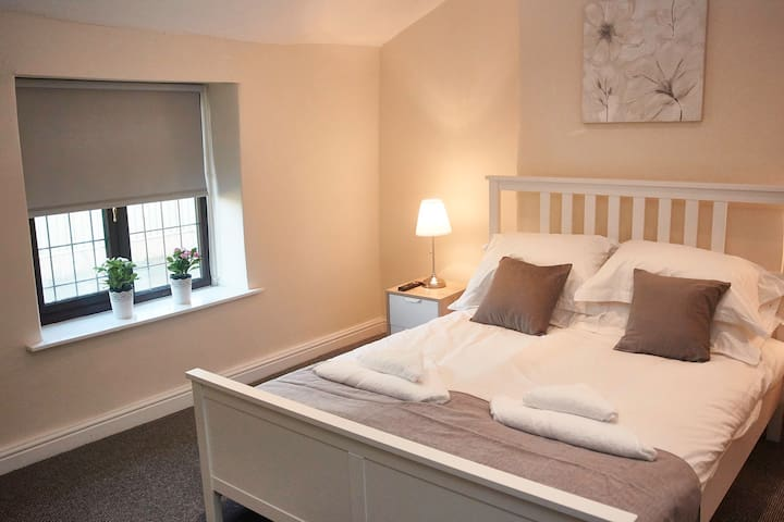 GORGEOUS COUNTRY HOUSE SLEEPS 8***