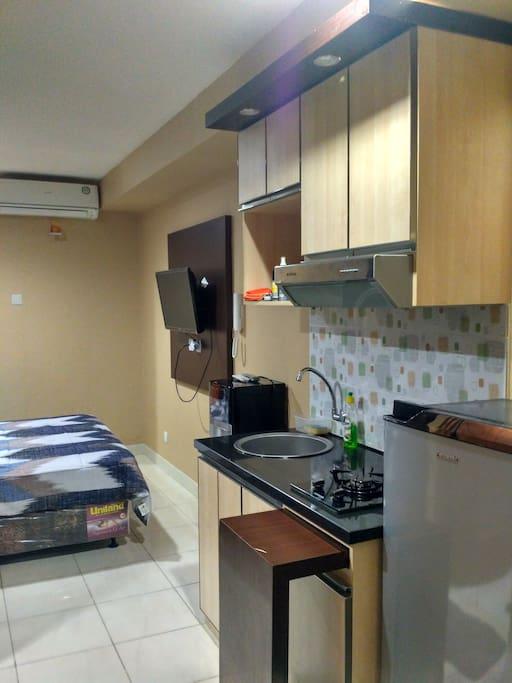 Tampak kulkas, kitchen set, TV, AC, tempat tidur