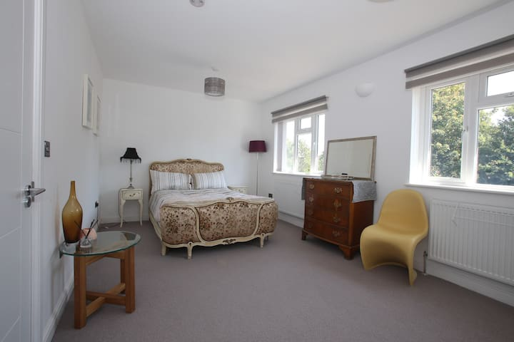 Spacious double room with own bathroom/WC