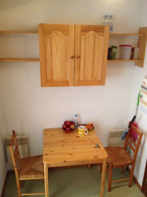 Vous avez tout ce qu'il faut dans le meuble de cuisine: tasses, verres, assiettes, couverts, casseroles...