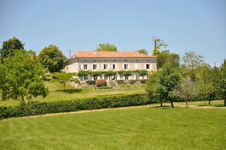Chambre Géraud à Puyrousse - Ribérac - ที่พักพร้อมอาหารเช้า