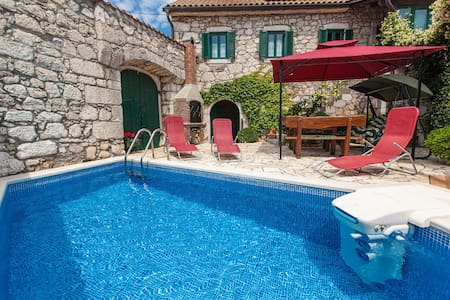 A beautiful stone house with pool in quiet area - Grižane-Belgrad