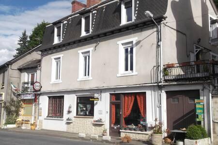 Aveyron Chambres et Tables d'Hôtes - Cassagnes-Bégonhes - Gästhus