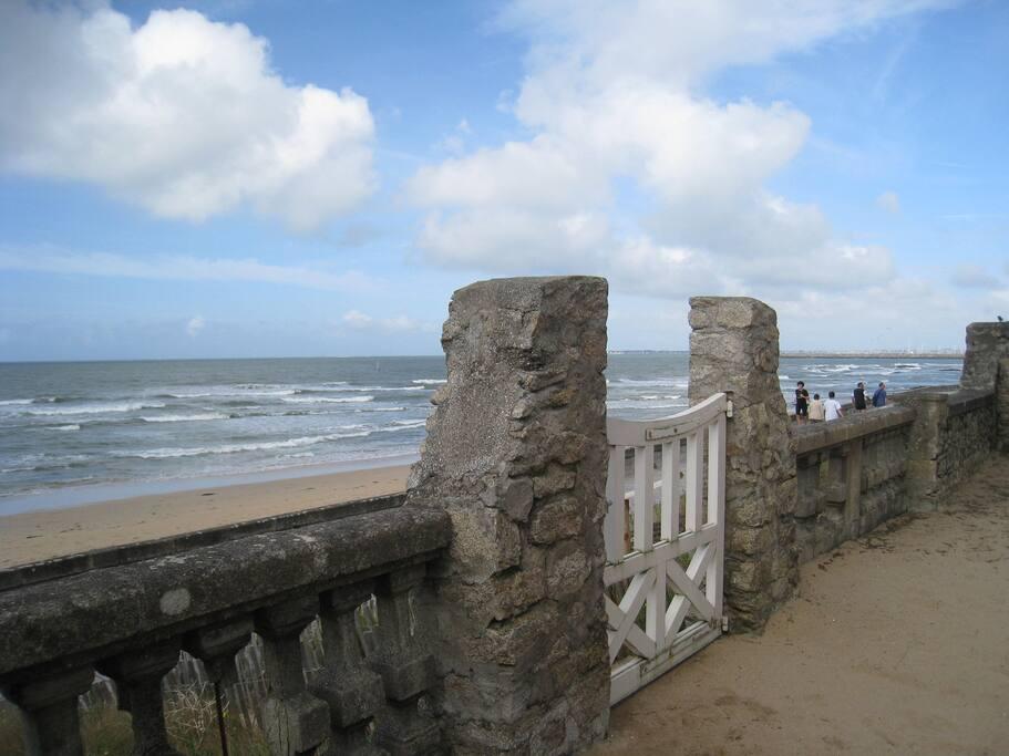 Accès à la plage et à la promenade directement par le jardin