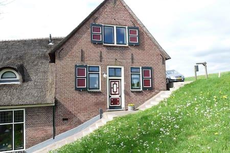 B&B Op de Lekdijk in boerderij - Nieuw-Lekkerland - Aamiaismajoitus