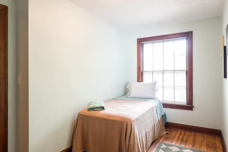 Bright corner rm 1930 cottage/city - Nashville