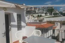 terraza vistas al mar y a la montaña