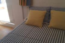 dormitorio -buhardilla con salida a la terraza