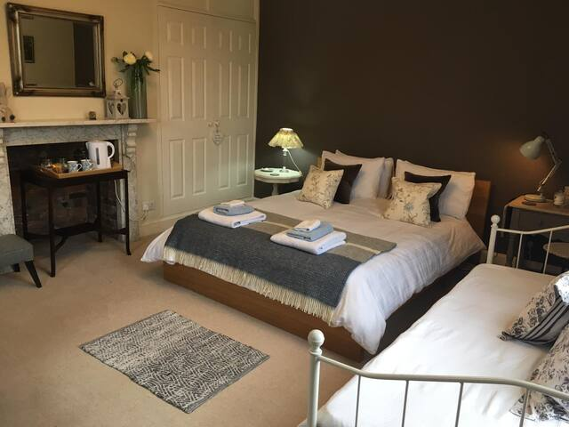 Spacious King bed room in Southwell town house