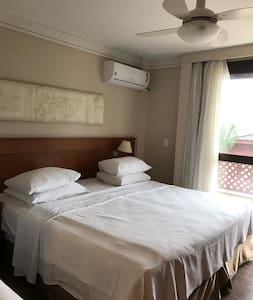cama, split e ventilador de teto