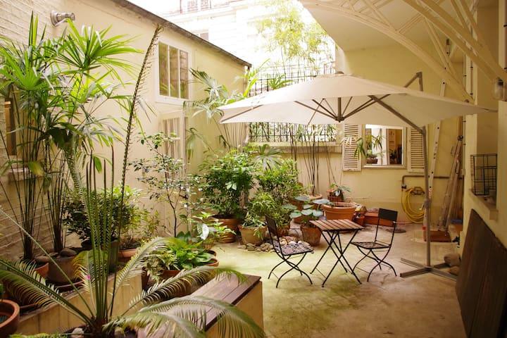 Appartement avec patio au pied de montmartre for Appartement avec patio