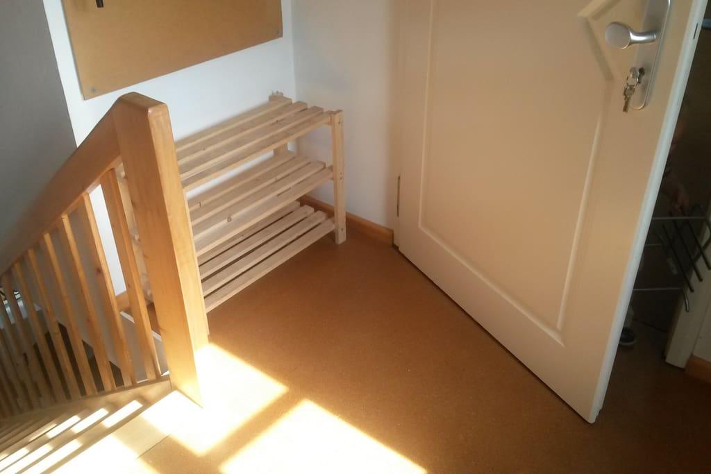 der Treppenaufgang mit Garderobe und Eingang zur Loftetage