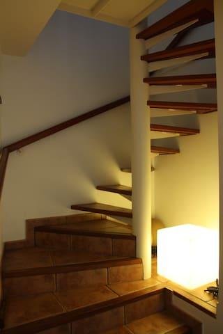 Escalera de madera hacia las habitaciones.  Staircase to bedrooms.
