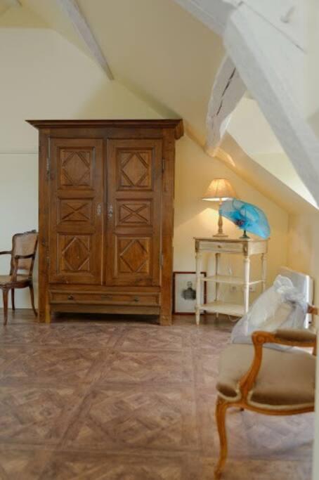 Une grande armoire est a disposition pour ranger vos affaires de voyage