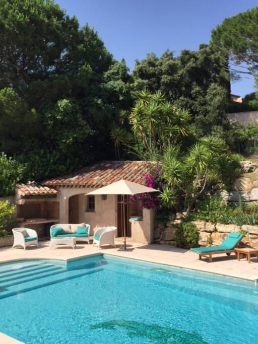 pool-house dans jardin méditerranéen de 3.300 m2