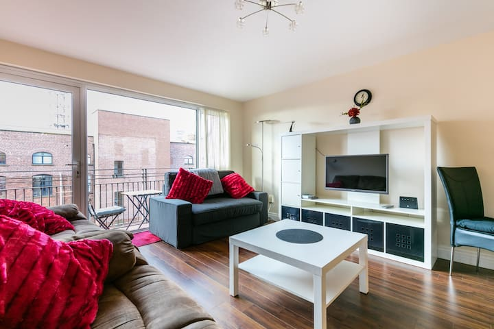 Modern city centre 2 bed apt, parking + wifi - Belfast