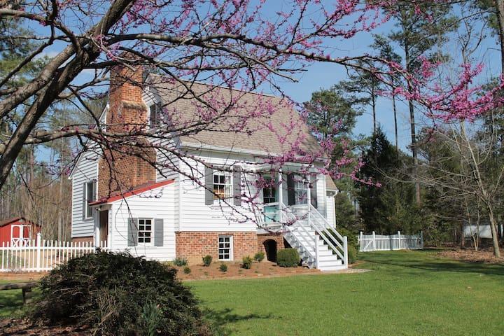Idyllic 18th C. Cottage 25 min. from Williamsburg