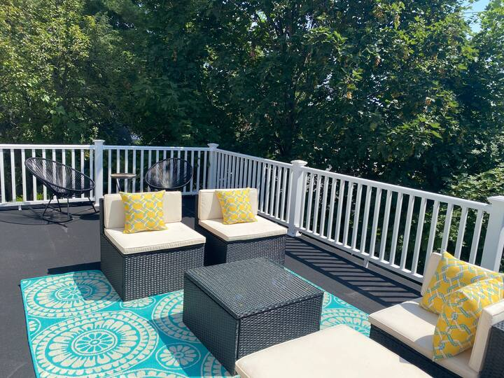 Large cozy newly renovated apartment with DECK!