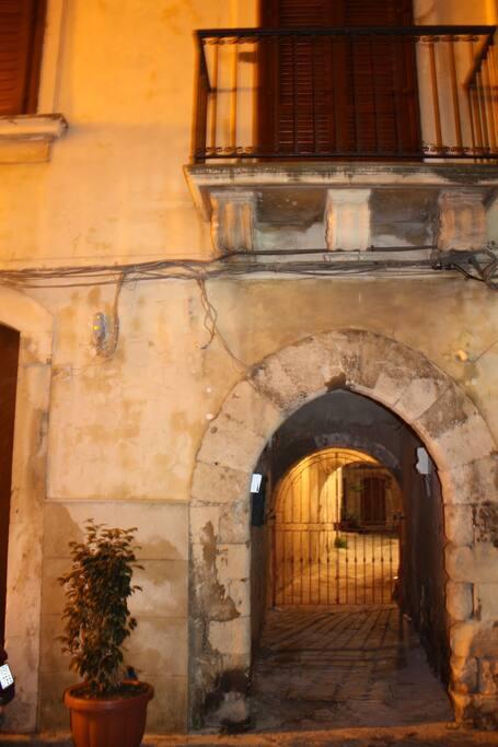 Ingresso al vicolo dall'arco risalente all'epoca del '400