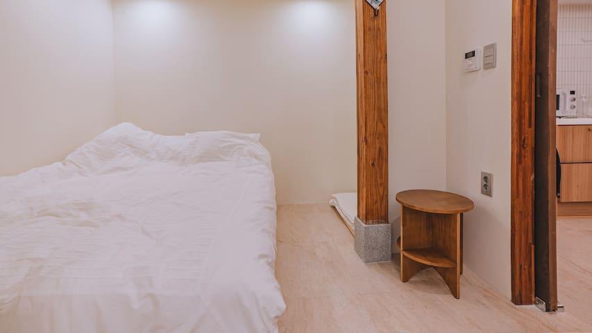 퀸사이즈 침대가 침실입니다 침구는 매일 세탁합니다